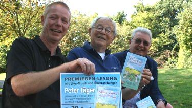 Freuen sich über das neuste Piccolo-Abenteuer: Klaus Fechner (v. l.) von der Stadtbücherei, Autor Peter Jäger und Rüdiger Lang vom Rotary Club. Foto: Stritzke