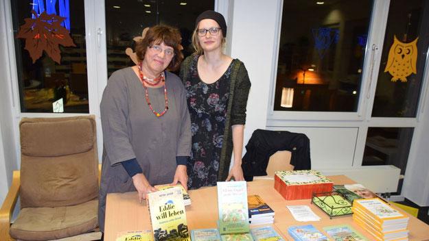 """Selma Theophil bot gemeinsam mit einer Mitarbeiterin Bücher von Peter Jäger an. In ihrer Buchhandlung """"Theophil"""" (Am Freibad 4) ist das Buch für 10 Euro erhältlich."""